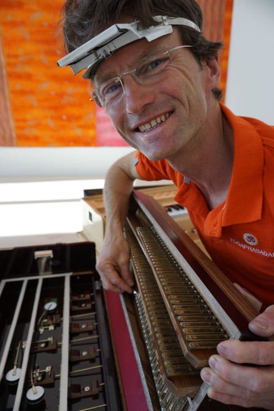 Das-Harmonium-gibt-Tobias-pure-Freude-Bild-v.-Alexandra-Schmidt