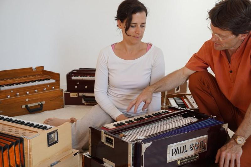 Katja-und-Tobias-ganz-bei-sich-und-ihrer-geliebten-Arbeit-am-Harmonium-Bild-v.-Alexandra-Schmidt
